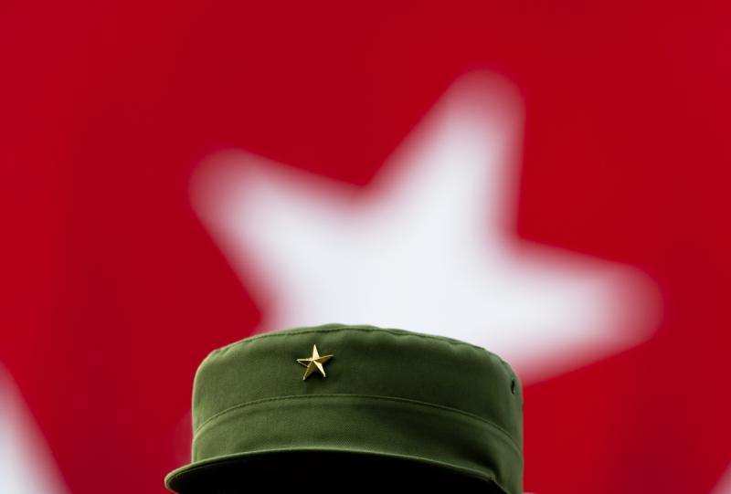 Der Stern auf Fidel Castros Schirmmütze, im Hintergrund der Stern der kubanischen Nationalfahne