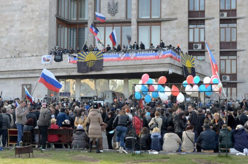 """Besetzung des Donezker Regierungsgebäudes am 7. April 2014. An diesem Tag wurde die """"Volksrepublik Donezk"""" proklamiert"""