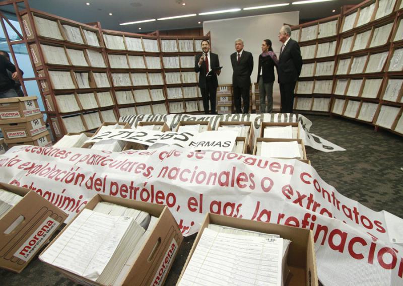 Im September übergab MORENA rund 2,5 Millionen Unterschriften für eine Volksbefragung an den Senat