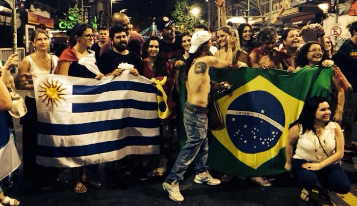 Anhänger der Frente Amplio in Montevideo feiern die Wahlsiege von Tabaré Vázquez in Uruguay und Dilma Rousseff Brasilien