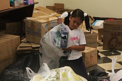 Kinder in Venezuela helfen bei der Versendung von Hilfsgütern für Palästina
