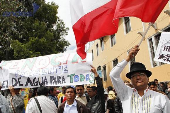 """Demonstranten vor dem Parlamentsgebäude während der Debatte. Sie unterstützen das neue """"Wassergesetz für alle"""""""