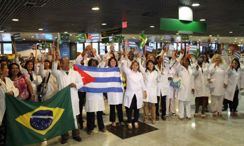 Kubanische Ärzte bei der Ankunft in Brasilien