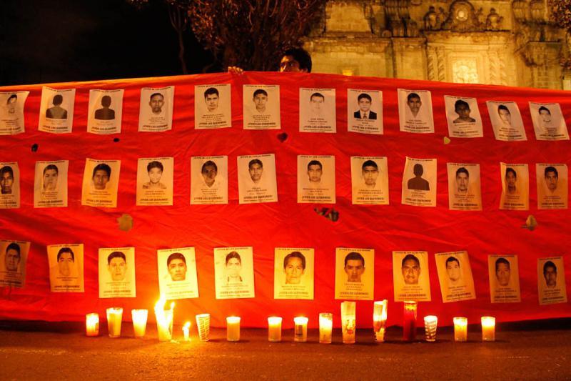 Bilder der verschwundenen Studenten auf einem Transparent in Mexiko-Stadt