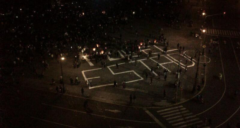 """Abschluss der Demonstration. """"Es war der Staat"""" steht auf dem Boden geschrieben"""