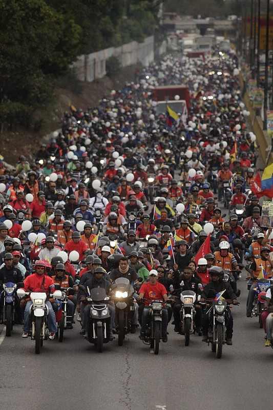 Motorisierte chavistische Kollektive auf dem Weg zum Präsidentenpalast, wo ihre Vertreter von Maduro zu Gesprächen empfangen wurden