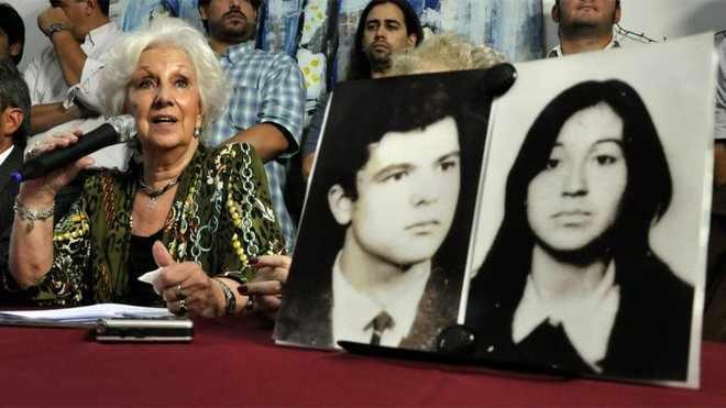 """Estela de Carlotto bei der Pressekonferenz. Auf den Fotos die Eltern von """"Enkelin 110"""", Romulo Oscar Gutierrez und Liliana Isabel Acuña"""