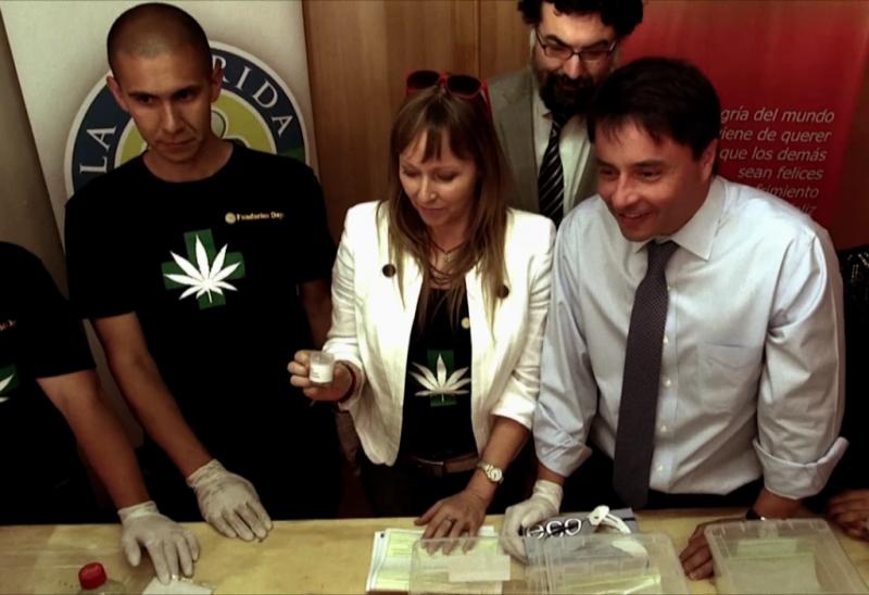 Bürgermeister Rodolfo Carter (rechts) und Mitarbeiter der Daya-Stiftung bei der Einweihung der Cannabis-Plantage