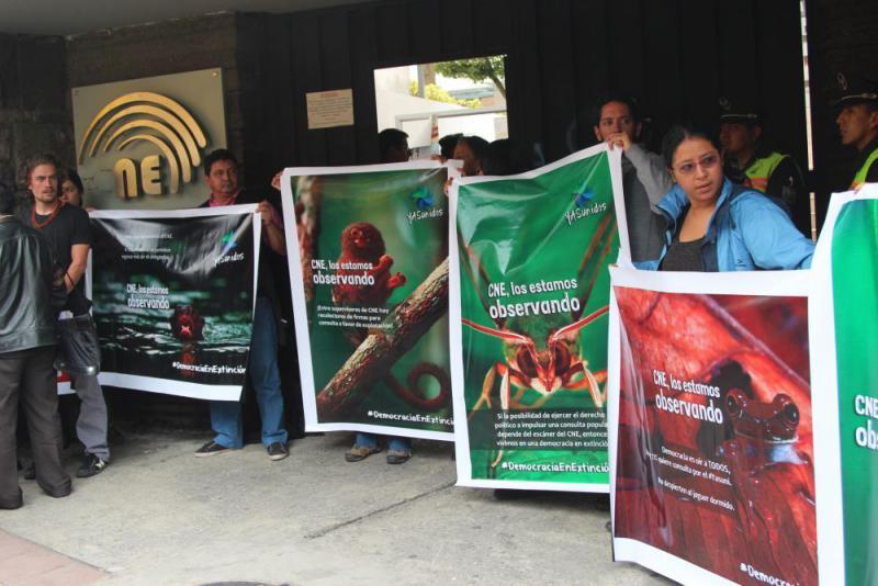 Mitglieder von Yasunidos vor dem Sitz der CNE bei der Übergabe der Unterschriften am 12. April