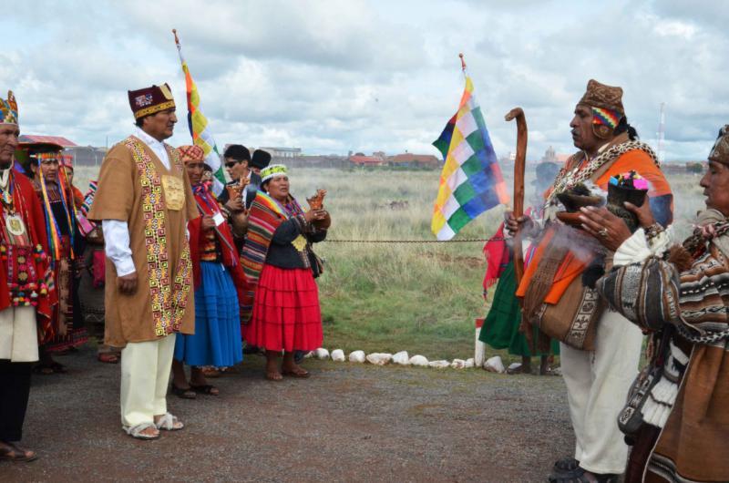 Anschließend geht der Präsident begleitet von Amautas (Weisen in der Inka-Kultur) zum Tempel Kalasasaya