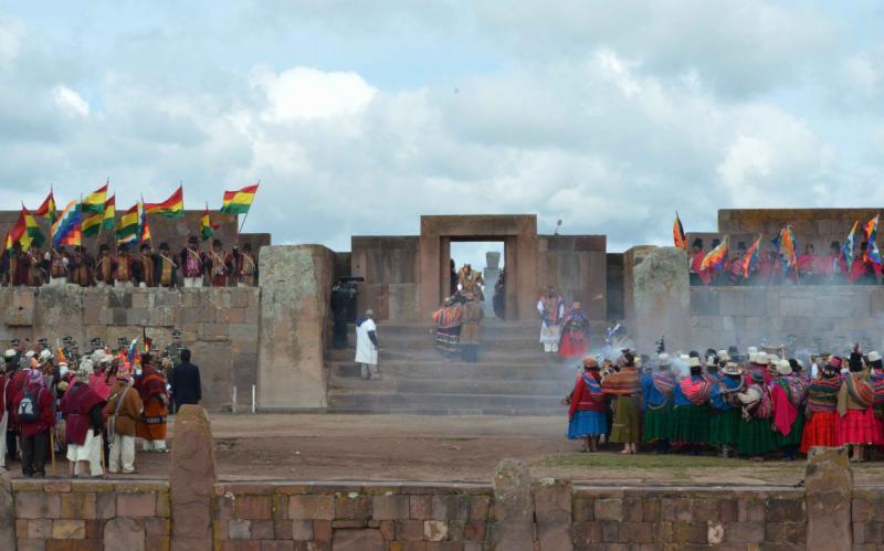Schließlich geht Morales zum Tor des Tempels, wo eine Gruppe von Weisen ihm die Tupa überreichen, die die guten Energien der Personen enthält