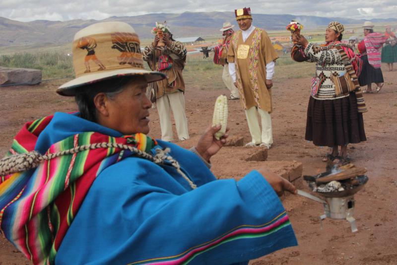 Dort führen die Yatiris (Ärzte und Heiler) Räucherzeremonien durch und bitten um Weisheit und Gesundheit für den Präsidenten und das bolivianische Volk