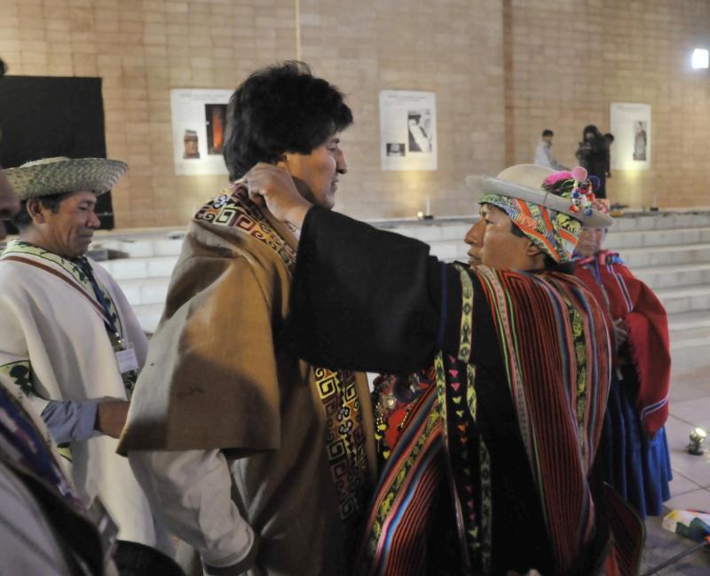 Dann bekommt Morales nahe des Monolithen Pachamama die traditionelle Kleidung