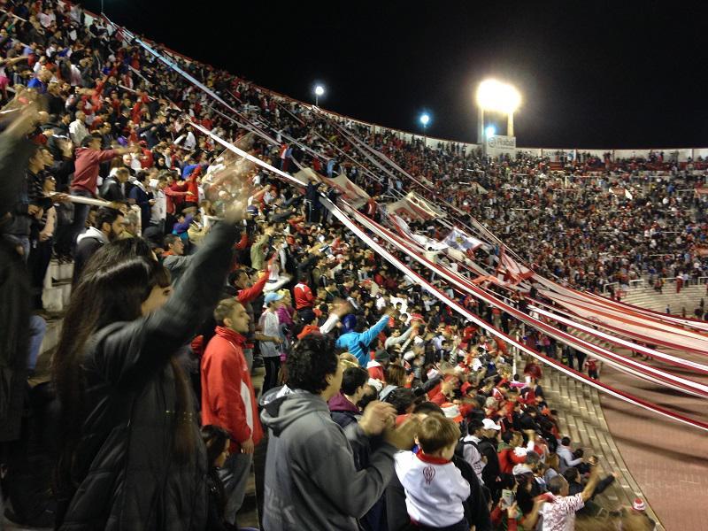Das Stadion ist wie gewöhnlich halb gefüllt aber platzt vor Begeisterung...