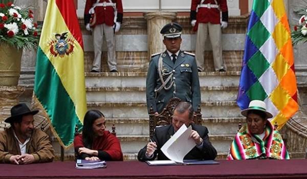 Senatspräsident José Alberto González (Mitte) hat das Gesetz verkündet
