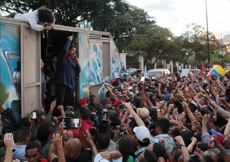 Volksversammlung vor dem Präsidentenpalast mit Nicolás Maduro drei Tage nach der Wahlniederlage der Chavisten