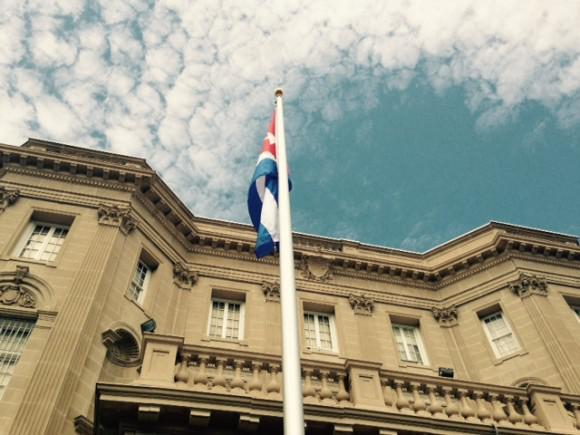 Fahne vor der kubanischen Botschaft in Washington