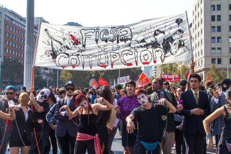 """Bei einem """"Fest der Korruption"""" parodieren Demonstranten im Zombie-Kostüm korrupte Politiker"""