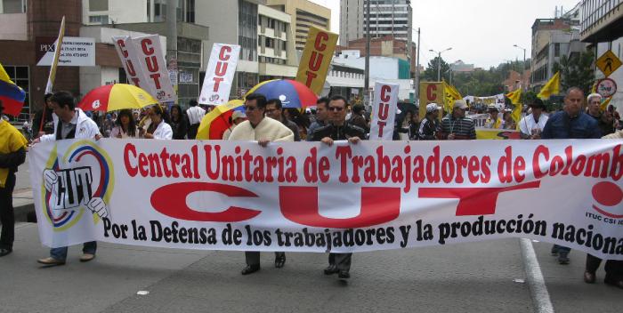 """In Kolumbiens Hauptstadt Bogotá demonstrierten Arbeiter gegen Freihandelsabkommen, den """"Nationalen Entwicklungsplan"""" der Regierung und für den Frieden. Zum Abschluss kam es zu schweren Zusammenstößen mit der Polizei"""