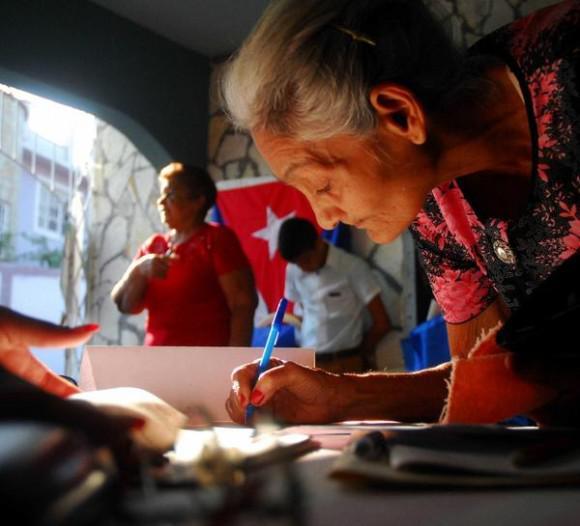 Wählerin in Kuba am Sonntag