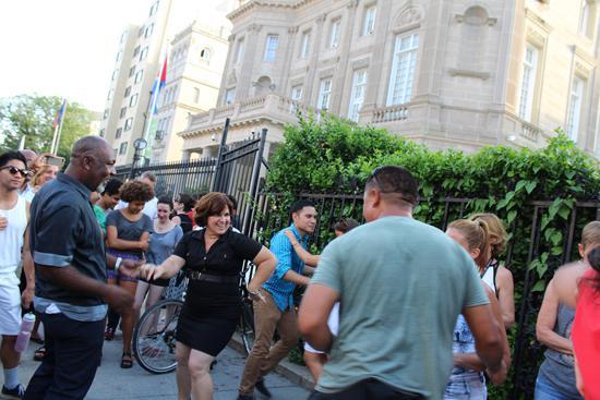 zu denen Kubaner und US-Amerikaner gemeinsam Salsa tanzen