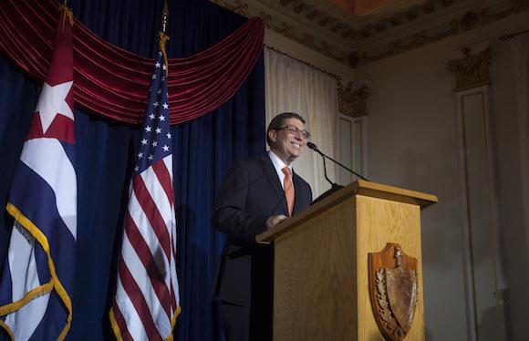hält Außenminister Rodríguez vor geladenen Gästen in den Botschaftsräumen seine Rede