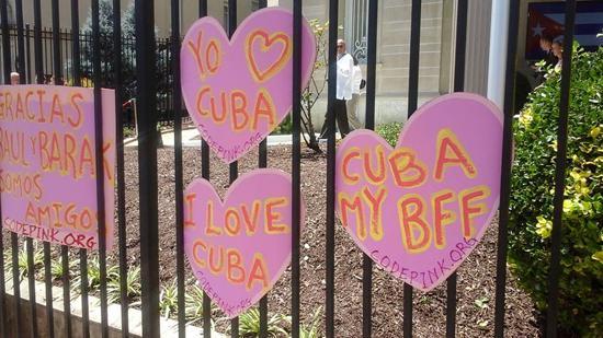 """Am Zaun der Botschaft befestigt: """"Danke Raul und Barack - wir sind Freunde"""" - """"Ich liebe Kuba"""" - """"Kuba mein bester Freund"""""""