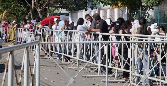 Vor der ecuadorianischen Botschaft in Havanna stehen Kubaner, die bereits ihr Flugticket gekauft haben, für ein Visum an. Ecuador hat eine zügige Bearbeitung zugesagt