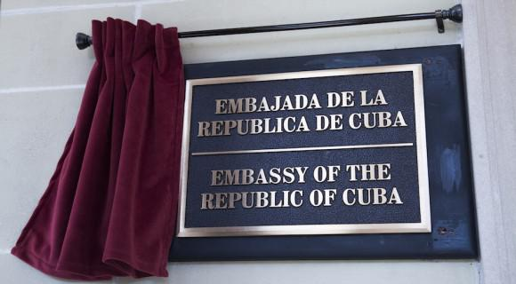 Schild an der Fassade der Botschaft