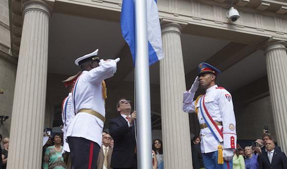 Kubas Außenminister Bruno Rodríguez hisst die Fahne