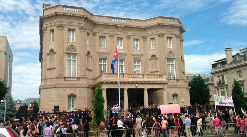 """Vorne rechts auf dem Schild: """"Salsa: ja - Embargo: Nein. Während vor der Botschaft gefeiert wird, ..."""