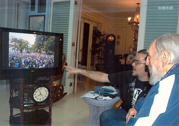 Der FEU-Vorsitzende und Castro mit Aufnahmen eines Studierendentreffens