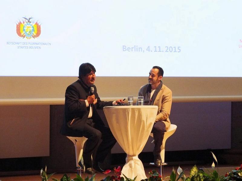 Präsident Evo Morales und Amerika21-Redakteur Harald Neuber beim Podiumsgespräch in der Technischen Universität Berlin am 4. November 2015
