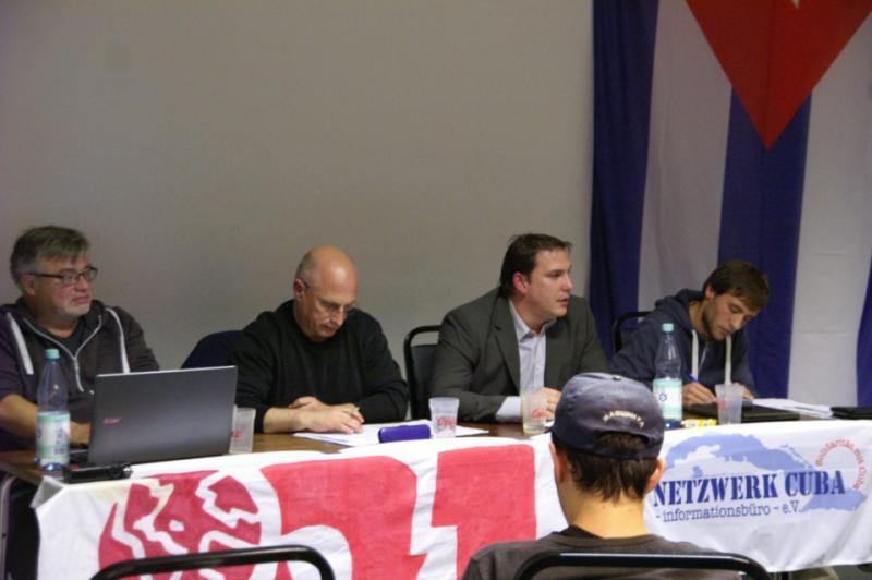 Alberto Berbes Sainz de la Torre von der Botschaft Kubas (zweiter von rechts) und Vertreter der Kuba-Solidarität waren auf dem Podium