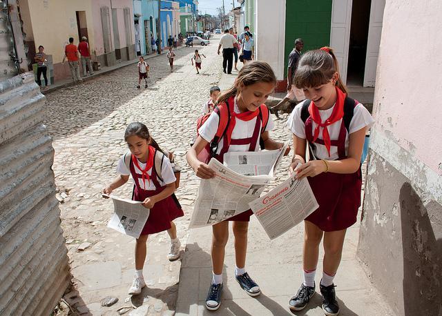 """Kubanische Kinder mit der KP-Zeitung """"Granma"""". Beim Panel der Deutschen Welle fand man das Blatt nicht so lustig"""
