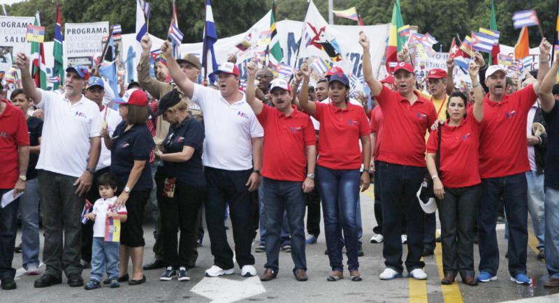 """An der Spitze des Umzuges In Havanna gingen die """"Los Cinco"""" mit ihren Angehörigen. Die fünf Kubaner waren wegen ihres Einsatzes zur Aufdeckung von Terroranschlägen gegen ihr Land in den USA in Haft"""
