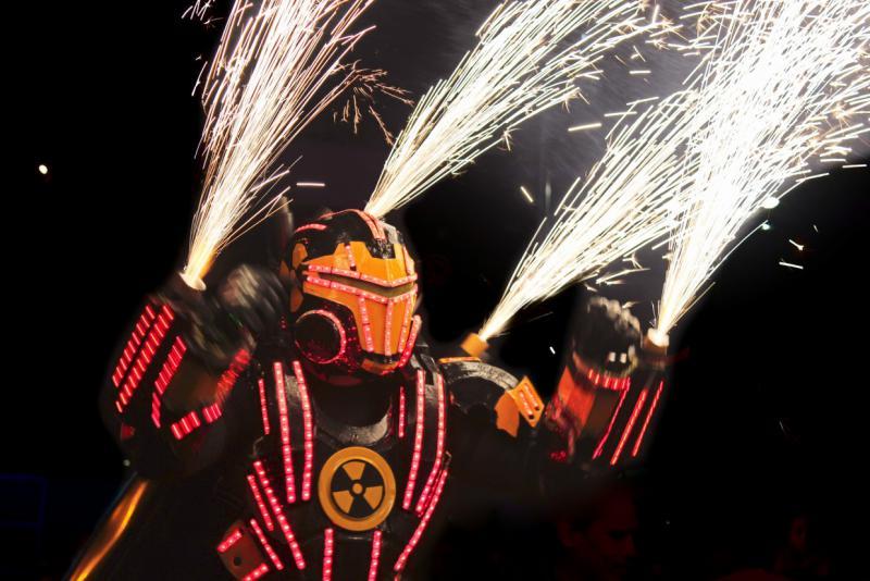 """Am Wochendende des 18. April fanden auf zahlreichen öffentlichen Plätzen und Straßen Aufführungen statt. Darunter das Stück """"Megatron"""" der Gruppe Zancos Venezuela, ..."""