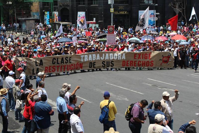 """In Mexiko-Stadt demonstrierten tausende Arbeiter, Bauern und Angestellte gegen die strukturellen Reformen der Regierung und die Verfolgung sozialer Aktivisten: """"Die Arbeiterklasse fordert ihre Rechte"""""""
