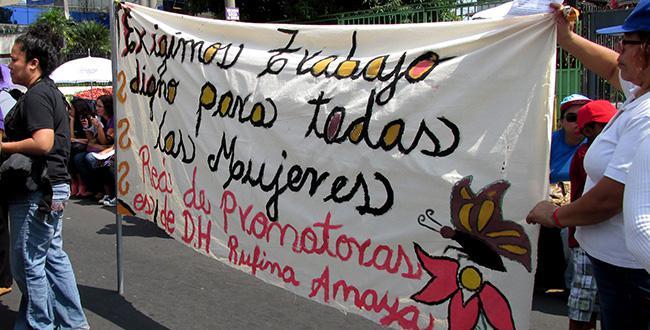 Frauen in El Salvador fordern die Anerkennung von Hausarbeit und Kinderbetreuung, die zu 91.42 Prozent von Frauen geleistet wird. Nur vier Prozent der Arbeiterinnen sind im Sozialversicherungssystem erfasst