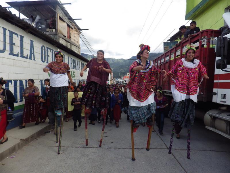Frauen der Maya-Gruppe Chuj auf Stelzen, bei der Eröffnungsdemonstration