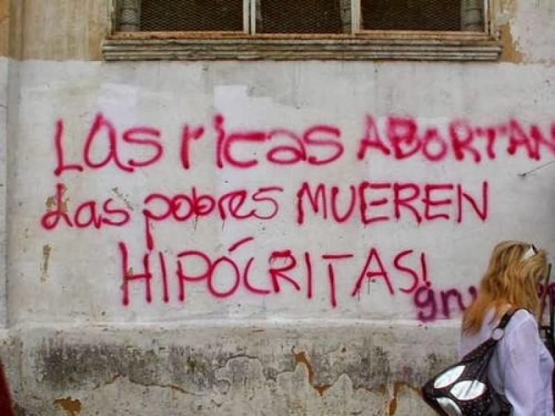 """Grafitto in Chile: """"Die reichen Frauen treiben ab, die armen Frauen sterben − Heuchler!"""""""