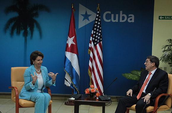 Die Leiterin der Kongressdelegation, Nancy Pelosi, mit Kubas Außenminister Bruno Rodríguez