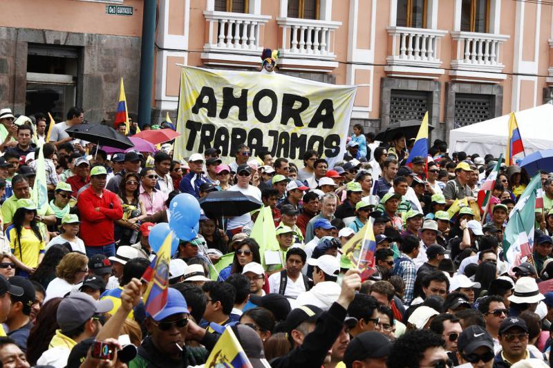 """Arbeiter und Angestellte demonstrierten in Ecuador auch ihre Unterstützung für die Regierung: """"Jetzt haben wir Arbeit"""""""