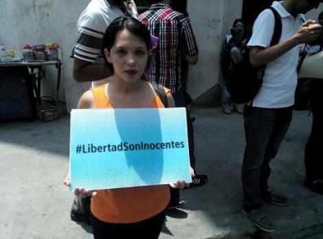 """Eine Frau trägt beim Protest vor der Staatsanwaltschaft ein Schild mit der Aufschrift """"Freiheit. Sie sind unschuldig."""""""