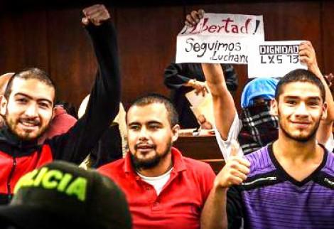 """Vier der 13 nach dem Freispruch am 11. September im Gerichtssaal in Bogotá. """"Freiheit"""", """"Wir kämpfen weiter"""", """"Würde für die 13"""""""