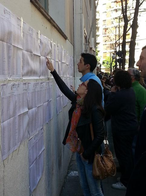 Die Listen der Kandidaten hingen auch hier bei der Bürgermeisterwahl in Buenos Aires öffentlich aus