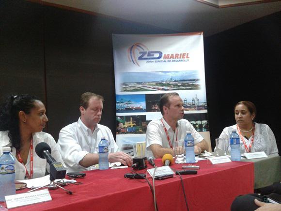 Von links nach rechts: Annia Quintana, Leiterin der Servicios Logísticos del Mariel S.A; Benoit Croonemberghs, Präsident von BDC Log S.A. und  BDC Tec S.A; Charles Baker, Generaldirektor des Containerterminals Mariel S.A.; Wendy Miranda, Direktorin für die Koordinierung der ZEDM - bei der Pressekonferenz