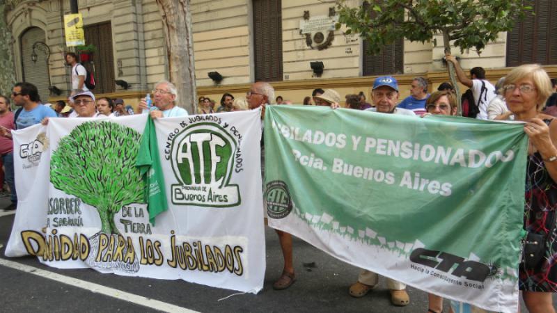 """Rentnerinnen und Rentner beteiligten sich. """"Würde für Pensionäre"""" steht auf ihrem Transparent"""