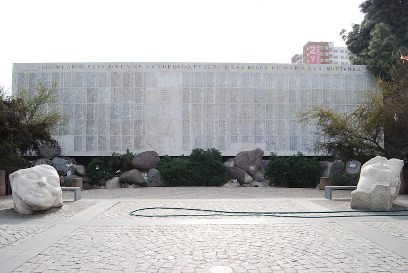 Gedenkstein für die Verhafteten-Verschwundenen auf dem Zentralfriedhof von Santiago