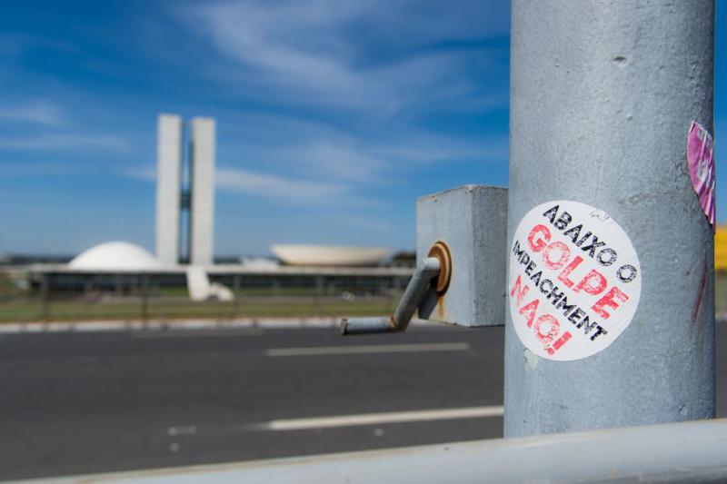 """Im Hintergrund der Nationalkongress. """"Nieder mit dem Putsch - Nein zum Amtsenthebungsverfahren"""""""